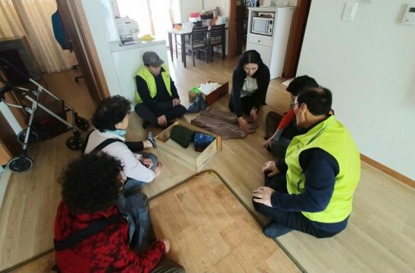 정리수납전문기업 '하기' 산하 한국정리수납교육센터 컨설턴트가 어르신들에게 옷 개는 방법을 알려주고 있다.