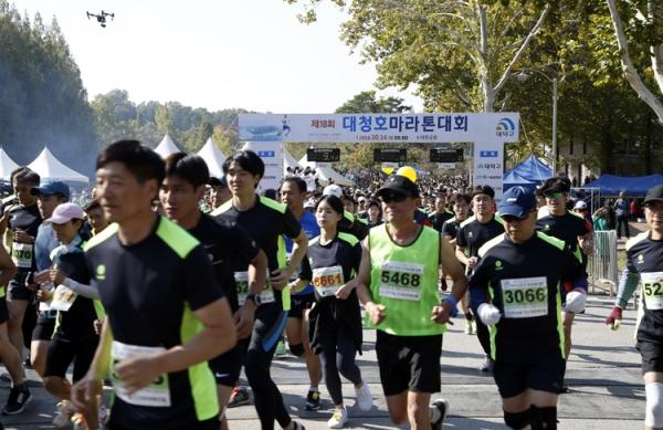 디트뉴스가 오는 10월 열리는 19회 대청호마라톤대회를 공동개최한다. 사진은 지난해 열린 18회 대회 출발 모습.